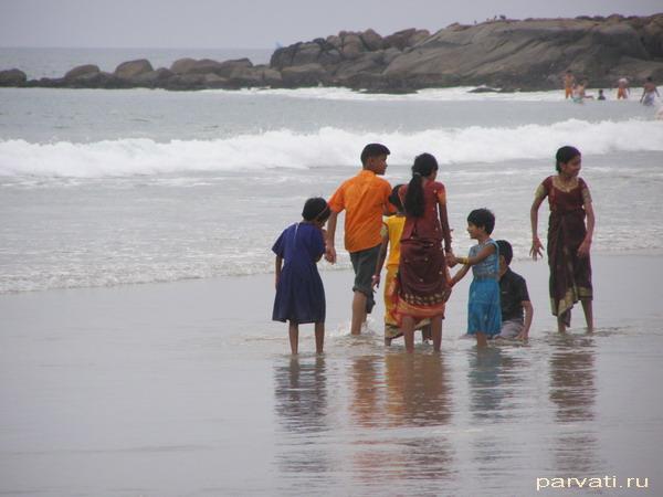 Семейная прогулка на берегу океана